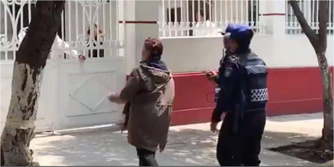 Otra vez una mujer va a gritar a casa de AMLO; agrede a guardia