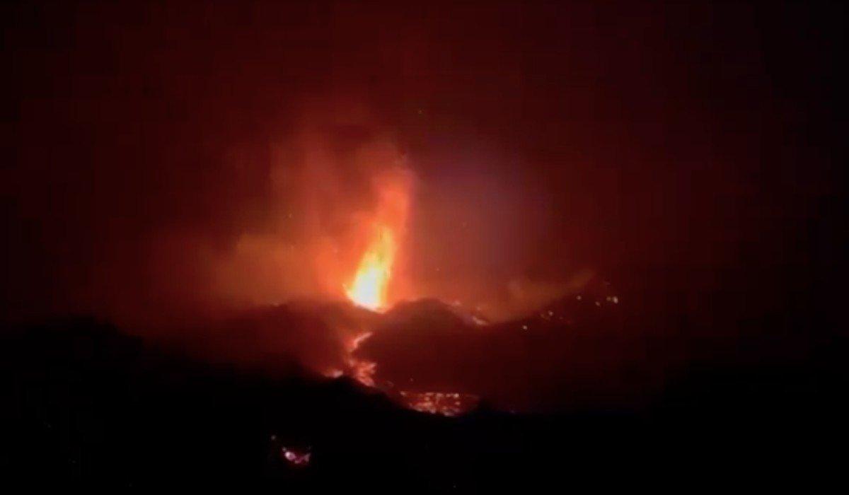 Reanuda operaciones el aeropuerto de La Palma tras erupción de volcán