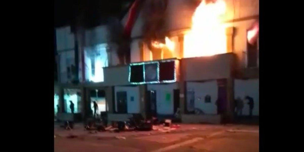 Ejidatarios irrumpen y queman Presidencia Municipal en Altamirano, Chiapas
