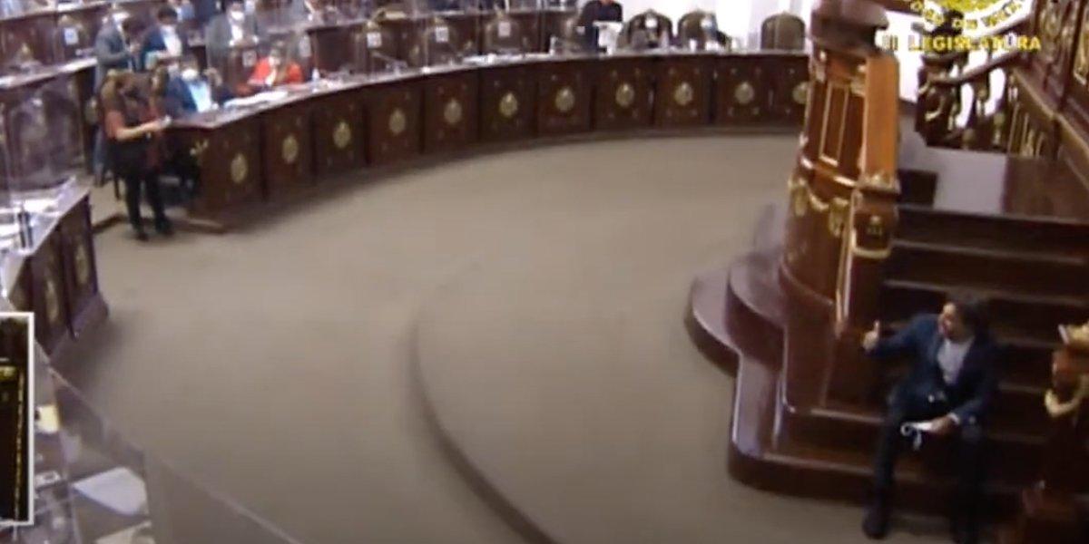 Diputado del PVEM cae tras dar mal paso en tribuna del Congreso de CDMX