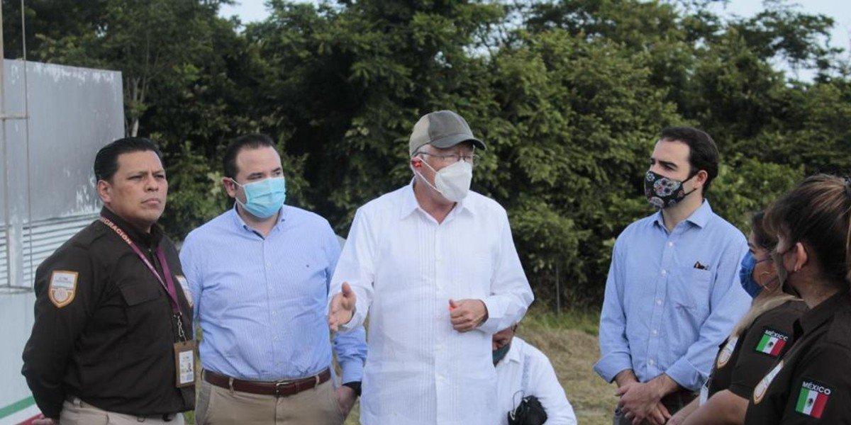 Ken Salazar se reúne en Tabasco con agentes del INM por crisis migratoria en Centroamérica