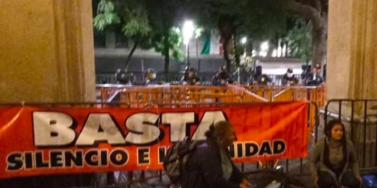 Madres de desaparecidos denuncian que fueron golpeadas durante desalojo en el Zócalo