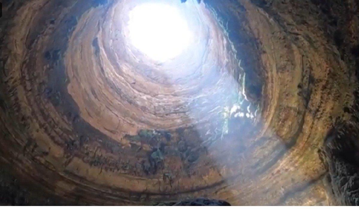 Exploradores descienden por primera vez al fondo del pozo del infierno en Yemen
