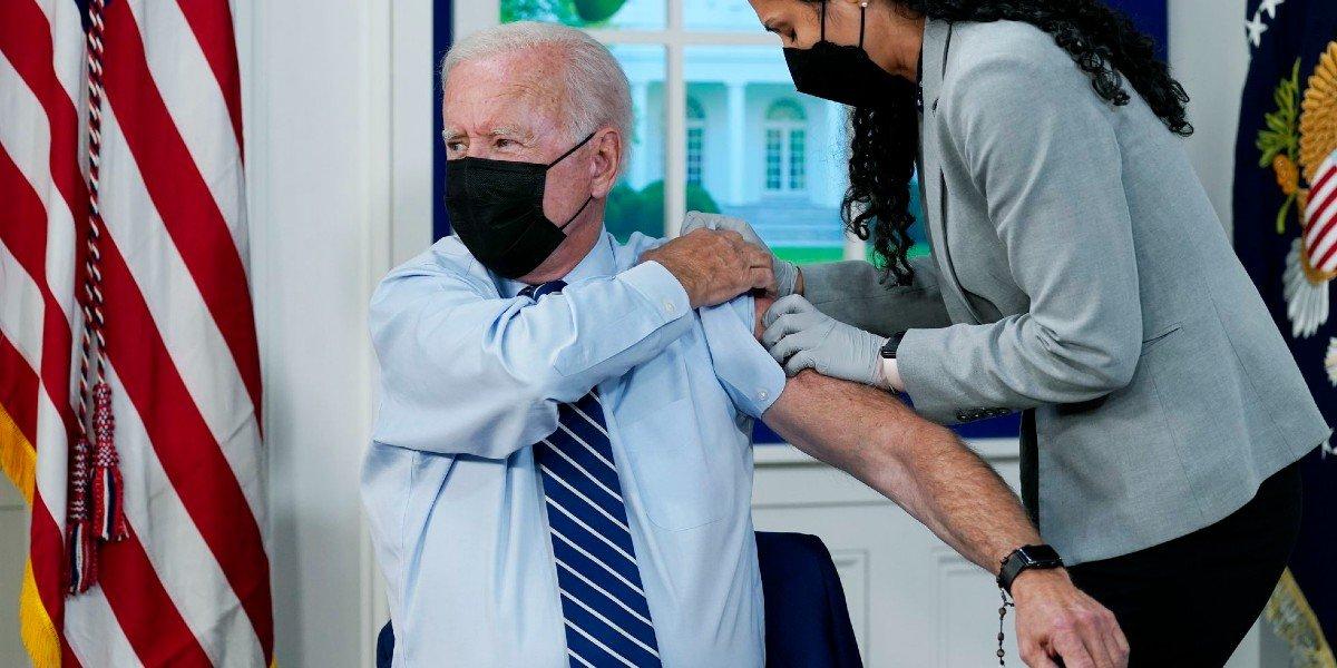 Biden recibe tercera vacuna contra COVID-19 de Pfizer tras autorización de la FDA