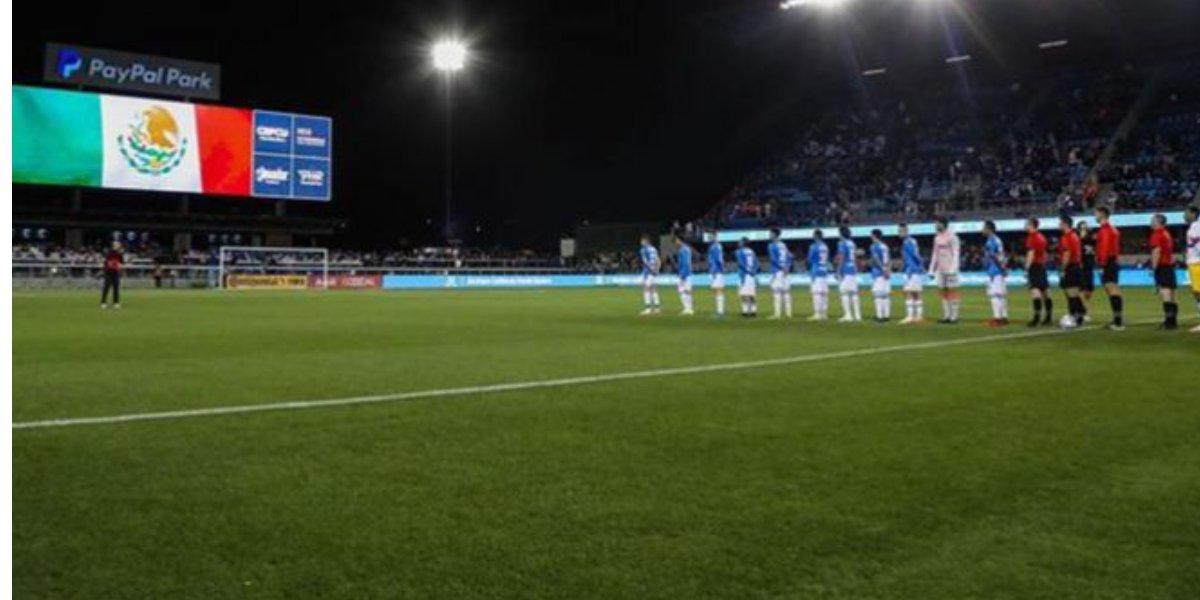 Aficionado con playera del Cruz Azul y máscara irrumpe en partido para golpear a jugador (Video)