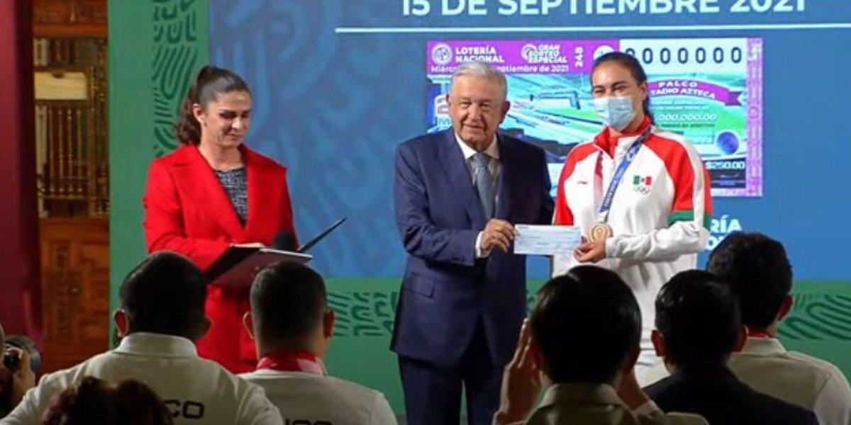 AMLO y Ana Guevara entregan más de 783.8 mdp en estímulos a atletas olímpicos