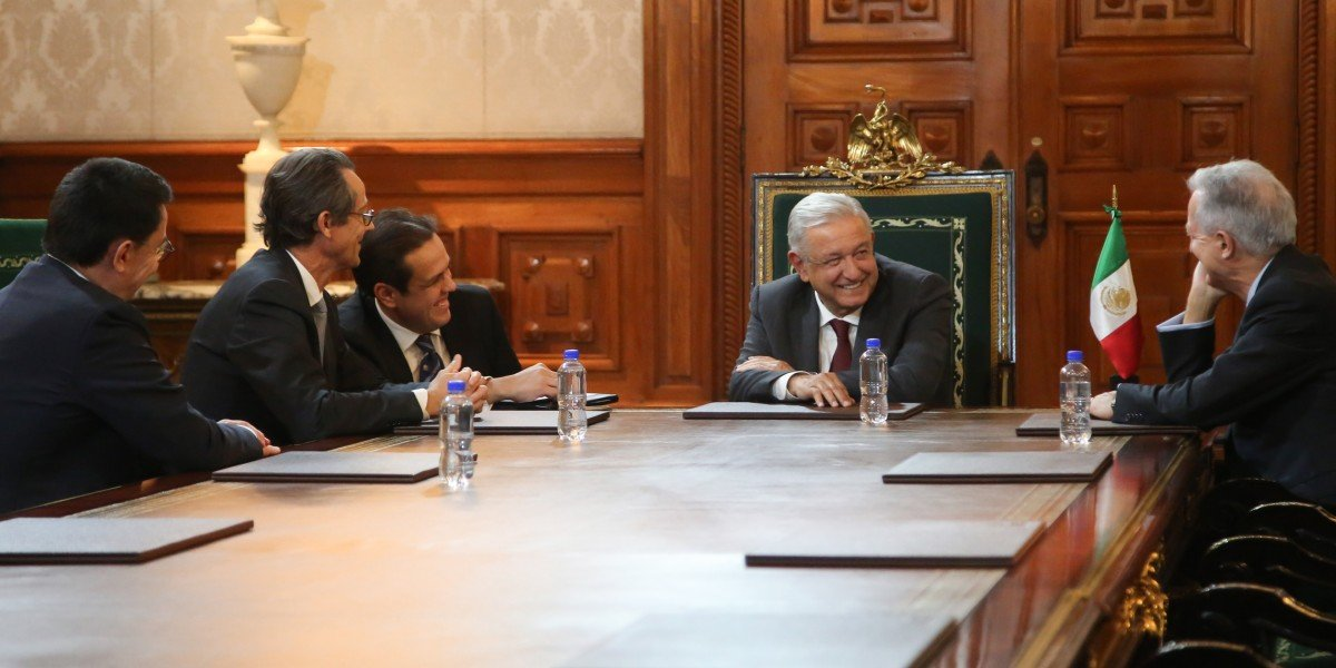 AMLO se reúne con directivos de empresa francesa aeroespacial en Palacio Nacional
