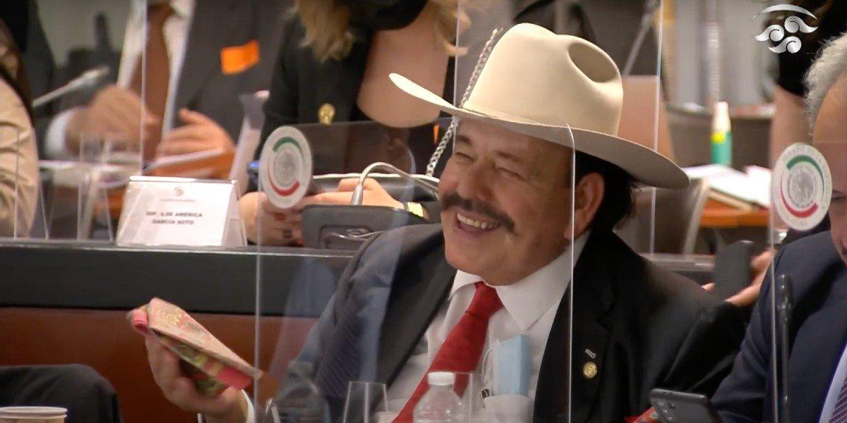 Jorge Arganis comete error y llama senadora a Armando Guadiana; momento genera risas en su comparecencia