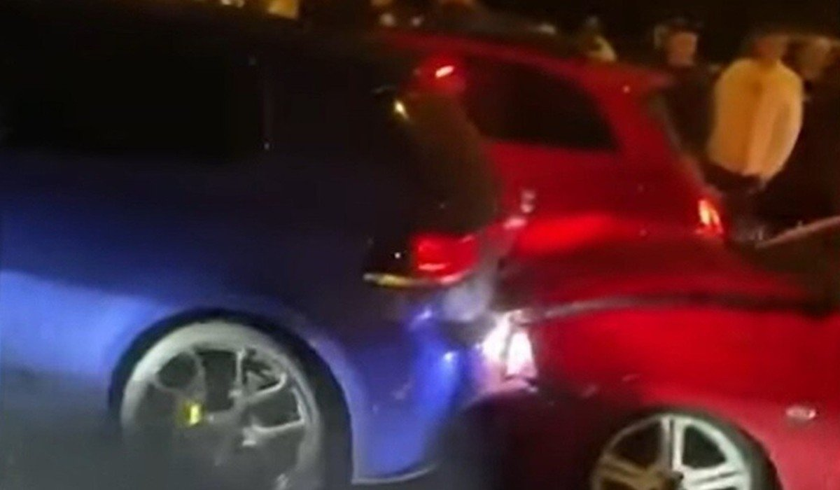 Conductor choca su vehículo al conducir en reversa en arrancones (Video)