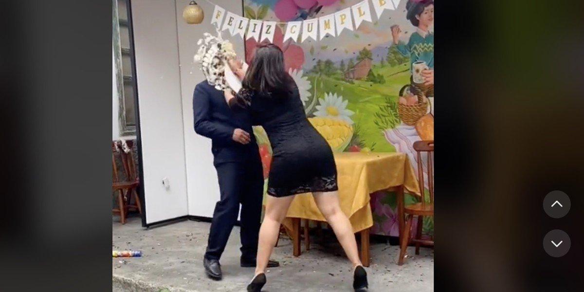 Mujer le da 'pastelazo' a hombre tras descubrir infidelidad; video se hace viral