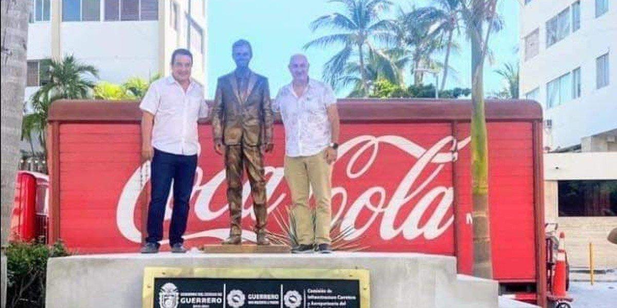 Colocan estatua de Eugenio Derbez en Acapulco y ciudadanos la rechazan