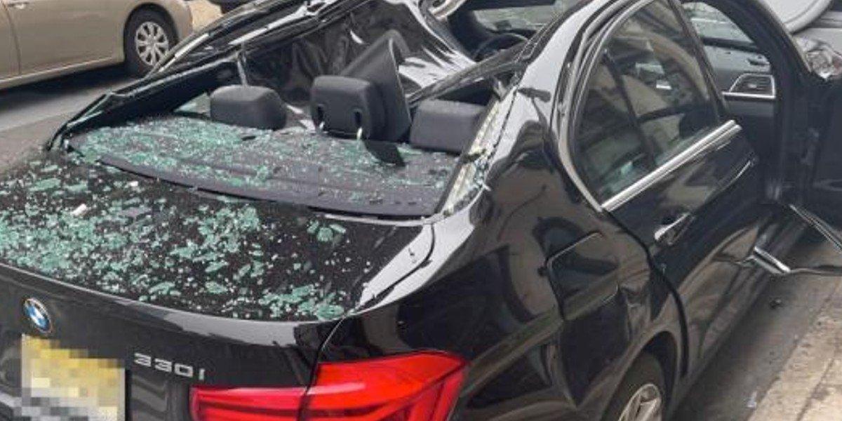 Hombre cae desde noveno piso, impacta con un automóvil y sobrevive