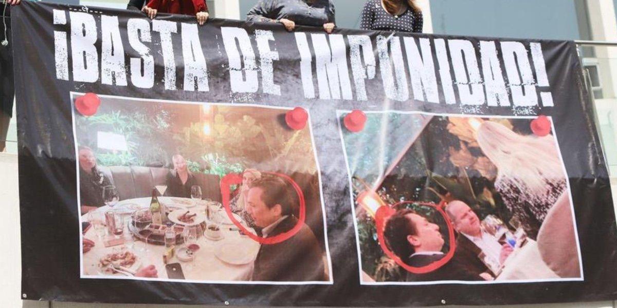Senadoras del PAN colocan manta con foto de Emilio Lozoya cenando en el Hunan: basta de impunidad