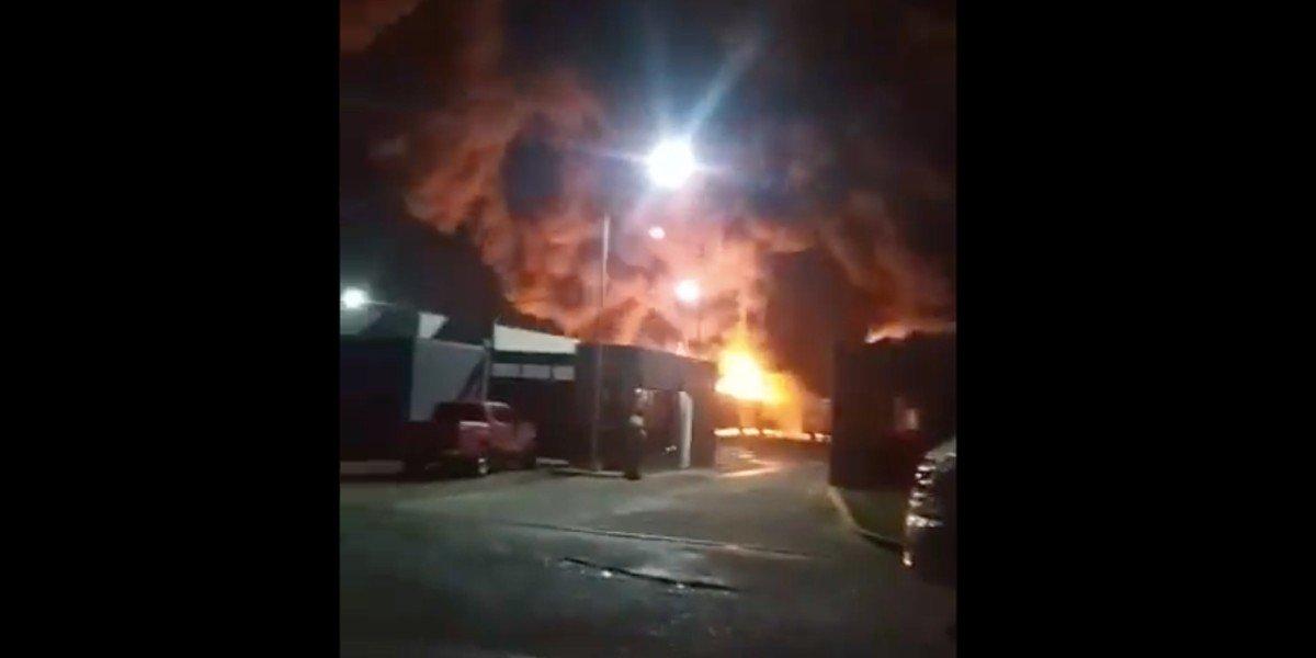 Incendio consume 18 autobuses del transporte urbano en Ciudad Valles, SLP