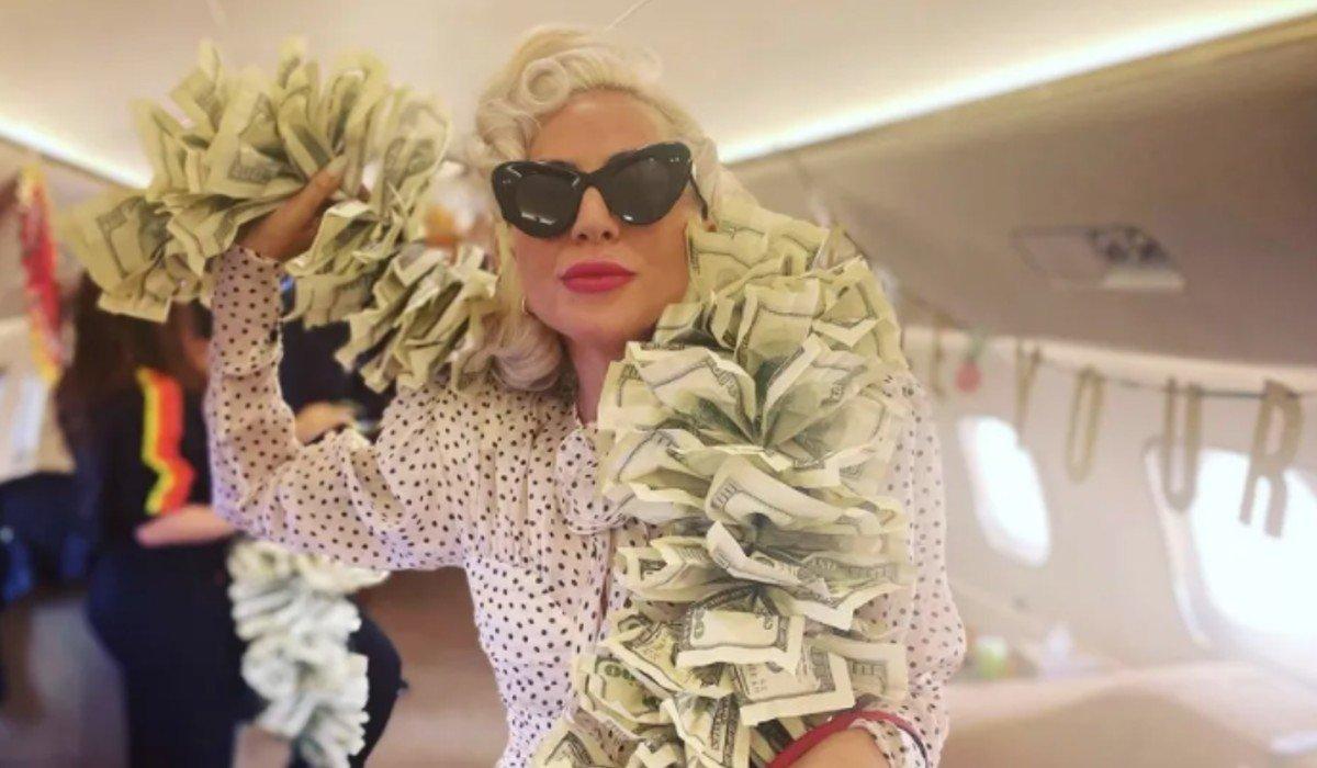 Lady Gaga posa al estilo Hollywood en vuelo rumbo a Las Vegas; prepara una serie de conciertos