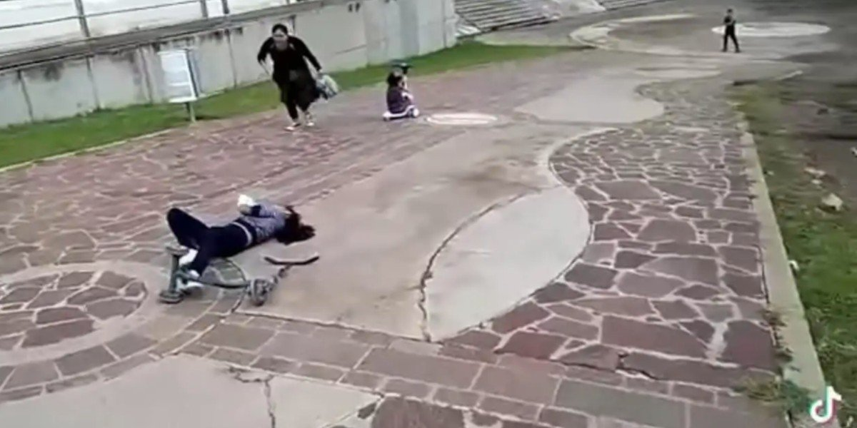 Madre intenta salvar a sus dos hijas de peligrosa caída y video se vuelve viral en TikTok