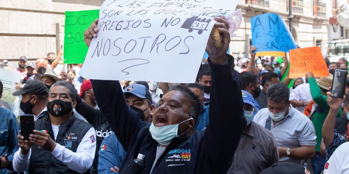 Reportan enfrentamiento entre policías y gaseros se manifiestan frente a Sener