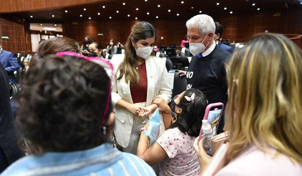 Diputada de Morena acusa al PAN de ser 'oposición carroñera' tras incidente con madre de menor con cáncer