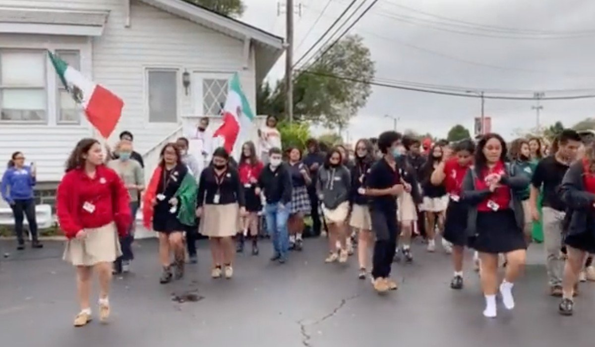 Denuncian racismo contra estudiantes mexicanos que bailaban 'Payaso de Rodeo' en EUA; escuela abre investigación