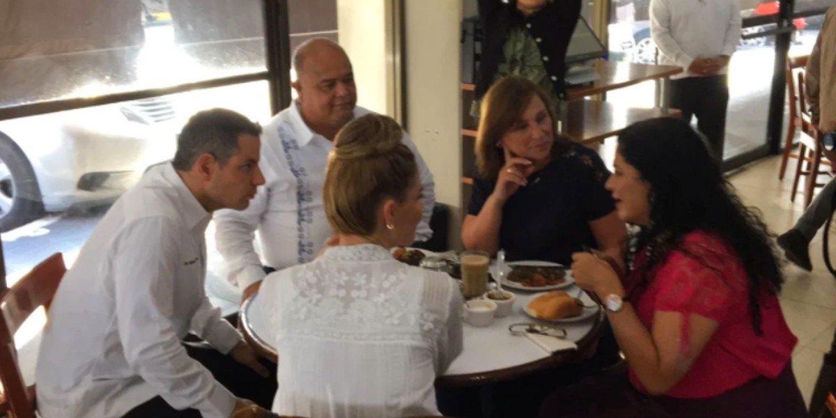 Captan a Rocío Nahle y a Alejandro Murat en un café del puerto de Veracruz