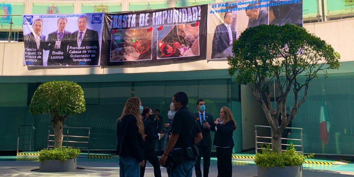 Exhiben 'guerra de mantas' entre Morena y PAN en el Senado por caso de Emilio Lozoya