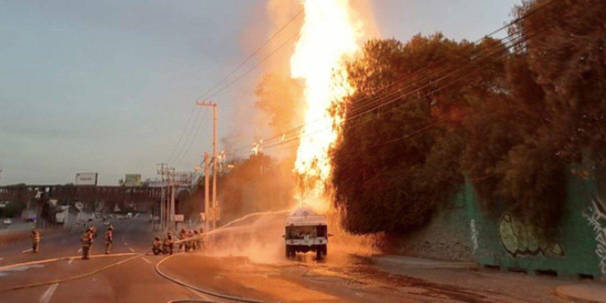 Pipa que transportaba combustible explotó cerca de una caseta del Circuito Mexiquense
